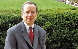 Ο Μάικλ Σάντσον είναι καθηγητής Δημοσιογραφίας στο Πανεπιστήμιο Κολούμπια της Νέας Υόρκης.