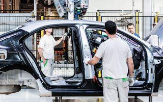 Ο Ρόρι Γκάμπλε, πρόεδρος της Ενωσης Ηνωμένων Εργατών Αυτοκινητοβιομηχανίας, έχει διατυπώσει την άποψη ότι χρειάζεται προσοχή στη μετάβαση σε ηλεκτρικά οχήματα, δεδομένου ότι χρειάζονται λιγότεροι εργαζόμενοι για την κατασκευή τους από όσοι στα βενζινοκίνητα.