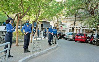 Η ομάδα ΟΔΟΣ και η Τροχαία πραγματοποίησαν χθες «μπλόκο» περιμετρικά της πλατείας Αγίου Γεωργίου στην Κυψέλη, προκειμένου να ελεγχθεί η πρόσβαση και να αποφευχθεί το ενδεχόμενο ενός νέου κορωνοπάρτι (φωτ. INTIME NEWS).