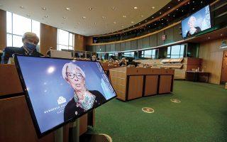 «Βραχυπρόθεσμα διαφαίνονται κίνδυνοι υποχώρησης της οικονομίας της Ευρωζώνης, μεσοπρόθεσμα η εικόνα φαίνεται να ισορροπεί», δήλωσε η Κρ. Λαγκάρντ.