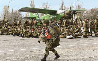 Ρώσοι στρατιώτες έτοιμοι προς αποβίβαση με προορισμό τις βάσεις τους (φωτ. A.P.).