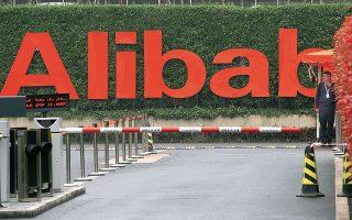 Τον Νοέμβριο του 2020 η Ευρωπαϊκή Επιτροπή κίνησε επίσημη αντιμονοπωλιακή έρευνα σχετικά με «πιθανή προτιμησιακή μεταχείριση των προσφορών λιανικής της ίδιας της Amazon», ενώ ανάλογη έρευνα έχει ξεκινήσει και η ρυθμιστική αρχή στην Κίνα για θέματα που αφορούν την κινεζική πλατφόρμα ηλεκτρονικού εμπορίου Alibaba (φωτ. A.P. Photo / Ng Han Guan).