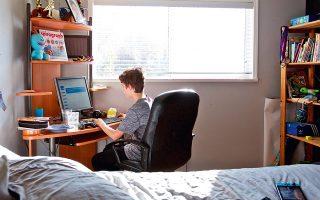 Ο εγκλεισμός οδήγησε σε μεγάλη αύξηση της ενασχόλησης παιδιών και εφήβων με το Διαδίκτυο, η οποία αυξάνει την πιθανότητα θυματοποίησής τους. (Φωτ. ASSOCIATED PRESS)