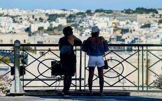 Toυρίστες απολαμβάνουν τη θέα του Μεγάλου Λιμανιού της πρωτεύουσας της Μάλτας, Βαλέτα, από τους Κήπους Ανω Μπαράκα (φωτ. REUTERS).