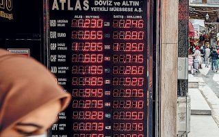 Το Vebitcoin, το τέταρτο σε μέγεθος χρηματιστήριο κρυπτονομισμάτων στην Τουρκία, ανέστειλε τη λειτουργία του και τα διευθυντικά στελέχη του έχουν συλληφθεί και κρατούνται από τις αστυνομικές αρχές. Την ίδια στιγμή, το τουρκικό νόμισμα έχει χάσει περισσότερο από το 50% της αξίας του μέσα στα τελευταία τέσσερα χρόνια και από την αρχή του έτους έχει υποτιμηθεί κατά 10%, καταγράφοντας το ένατο συναπτό έτος συνεχούς διολίσθησης (φωτ. EPA).