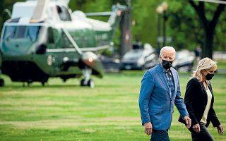 To ζεύγος Μπάιντεν έχει μόλις επιστρέψει με το προεδρικό ελικόπτερο Marine One, από το Ουίλμιγκτον του Ντέλαγουερ, όπου πέρασε το Σαββατοκύριακο, και κατευθύνεται προς τον Λευκό Οίκο (φωτ. REUTERS).
