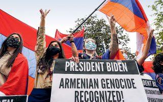 Επειτα από δεκαετίες δισταγμού, η αμερικανική κυβέρνηση αναγνώρισε ως γενοκτονία τη σφαγή περισσότερων του 1,5 εκατομμυρίου Αρμενίων από την Οθωμανική Αυτοκρατορία το 1915. Αρμένιοι διαδηλωτές μπροστά από την πρεσβεία της Τουρκίας στην Ουάσιγκτον (φωτ. REUTERS/Joshua Roberts).