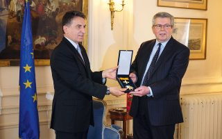 Ο πρέσβης Ιωάννης Ραπτάκης (αριστερά) με τον Κέβιν Φέδερστοουν.