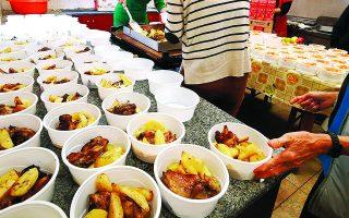 Σε δεινότερη θέση βρέθηκαν οργανώσεις που τη στιγμή κατά την οποία τα εισοδήματά τους έπεφταν κλήθηκαν να αυξήσουν τις υπηρεσίες που προσφέρουν στις ευπαθείς κυρίως ομάδες, προσφέροντας τρόφιμα και συσσίτια «σε επίπεδα ζήτησης τα οποία θύμιζαν 2012». Φωτ. ΑΠΕ-ΜΠΕ