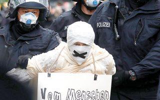 Σύλληψη Γερμανού αρνητή του ιού (querdenker) στη διάρκεια παράνομης διαδήλωσης, τον περυσινό Απρίλιο, στο Βερολίνο (φωτ. A.P.).