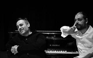 """«Ο Ακης δεν έχει προκαταλήψεις, ούτε ενδοιασμούς να """"πειράξει"""" τα κομμάτια», λέει ο Νίκος Ορδουλίδης (αριστερά) για τον Ακη Πιτσάνη."""