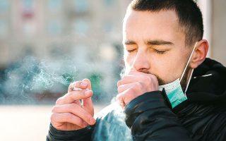 Η πρόκληση της πανδημίας με τους περισσότερους θανάτους σε αυτούς που «καπνίζουν» είναι ίσως μία ακόμα ευκαιρία για απεξάρτηση από τη νικοτίνη (φωτ. SHUTTERSTOCK).
