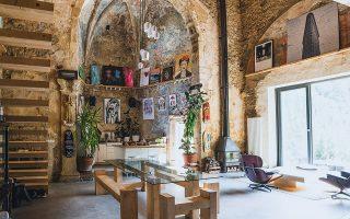 Η τραπεζαρία και στο βάθος η κουζίνα αποτελούν την «καρδιά» του νέου χώρου, με εμφανές ένα μεγάλο τμήμα της εκκλησίας όπως ακριβώς ήταν. ©Tas Careaga