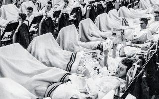 Η πανδημία χτύπησε με σφοδρότητα και τη Δανία. Ασθενείς σε πρόχειρο στρατιωτικό νοσοκομείο στο λιμάνι της Κοπεγχάγης, τον Οκτώβριο του 1957. Φωτ. A.P.