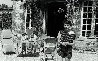Στο εξοχικό της οικογένειας Αρβελέρ στη Νορμανδία. Το κοριτσάκι αριστερά είναι η κόρη της, Μαρί Ελέν.