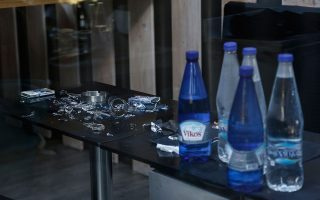 Εικόνα από την επίθεση στο Joy Bar της Γλυφάδας, τον Οκτώβριο του 2017 (ΑΠΕ-ΜΠΕ/ ΓΙΑΝΝΗΣ ΚΟΛΕΣΙΔΗΣ).