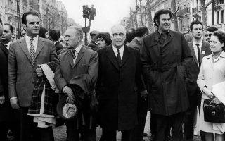 Ο Μίκης Θεοδωράκης στους δρόμους του Παρισιού, την Πρωτομαγιά του 1970. Αριστερά βλέπουμε τον Ζορζ Μαρσέ, μετέπειτα επικεφαλής του Κομμουνιστικού Κόμματος της Γαλλίας. © Keystone/ Getty Images/ Ideal Image