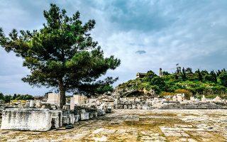 Ο αρχαιολογικός χώρος Ελευσίνας. Στο βάθος διακρίνεται το εκκλησάκι της Μεσοσπορίτισσας. (Φωτογραφίες: ΝΙΚΟΣ ΚΑΡΑΝΙΚΟΛΑΣ)