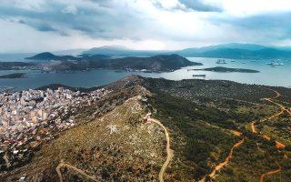Πανοραμική θέα από τον λεγόμενο «Θρόνο του Ξέρξη». Στ' αριστερά το Πέραμα και στο βάθος η Σαλαμίνα. (Φωτογραφίες: ΝΙΚΟΣ ΚΑΡΑΝΙΚΟΛΑΣ)