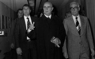 Η απόφαση του πρωθυπουργού Κων. Καραμανλή και του υπουργού Παιδείας Γ. Ράλλη για την καθιέρωση της δημοτικής ως επίσημης γραπτής και προφορικής γλώσσας των Ελλήνων, πρώτα στην εκπαίδευση και αμέσως μετά στη διοίκηση, ήταν ιστορικής σημασίας. Φωτ. ΙΔΡΥΜΑ «ΚΩΝΣΤΑΝΤΙΝΟΣ Γ. ΚΑΡΑΜΑΝΛΗΣ»