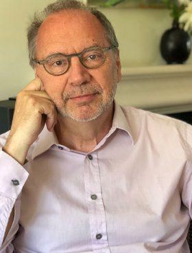 Ο καταξιωμένος ιολόγος Πίτερ Πιοτ είναι διευθυντής του London School of Hygiene and Tropical Medicine και επιστημονικός σύμβουλος της Ούρσουλα φον ντερ Λάιεν για τη διαχείριση της πανδημίας.