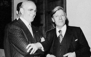 Ιανουάριος 1976. Συνάντηση Κων. Καραμανλή - Χέλμουτ Σμιτ στην Αθήνα. Η στενή επικοινωνία με τον Δυτικογερμανό καγκελάριο βοήθησε καταλυτικά την Αθήνα να ξεπεράσει τον σκόπελο της γνωμοδότησης της Ευρωπαϊκής Επιτροπής για την αίτηση ένταξης της Ελλάδας στην ΕΟΚ.  Φωτ. ΙΔΡΥΜΑ «ΚΩΝΣΤΑΝΤΙΝΟΣ Γ. ΚΑΡΑΜΑΝΛΗΣ»
