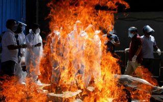 Οι τοπικές αρχές στην Ινδία υποχρεώνονται σε μαζικές καύσεις σορών (φωτ.: REUTERS/Adnan Abidi).