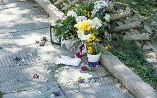 Λουλούδια στο σημείο όπου δολοφονήθηκε ο δημοσιογράφος Γιώργος Καραϊβάζ την περασμένη Παρασκευή (φωτ. ΑΠΕ-ΜΠΕ / ΠΑΝΤΕΛΗΣ ΣΑΪΤΑΣ).