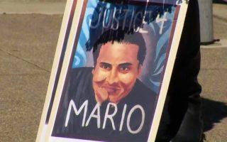 Πλακάτ ζητεί δικαιοσύνη για τον 26χρονο Μάριο Γκονσάλες (φωτ.: ΝΒC).