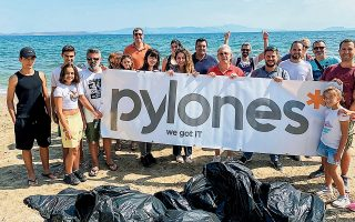 Κοινωνική ευαισθησία από τους εργαζομένους με τον καθαρισμό παραλίας.
