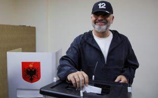 Ο Αλβανός πρωθυπουργός Έντι Ράμα ψηφίζει στις εκλογές της Κυριακής (φωτ. Reuters).