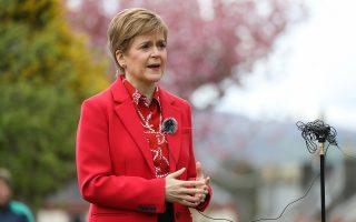 Η πρωθυπουργός της Σκωτίας Νίκολα Στέρτζον δήλωσε το βράδυ της Τρίτης ότι με τη λαϊκή έγκριση στις 6 Μαΐου θα απαιτήσει δεύτερο δημοψήφισμα εντός 2,5 ετών (φωτ.: REUTERS/Russell Cheyne/Pool).