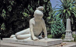 «Η κόρη της Ελλάδος», έργο του Νταβίντ ντ' Ανζέ, κοσμεί το ταφικό μνημείο του Μάρκου Μπότσαρη στον Κήπο των Ηρώων, στο Μεσολόγγι. © Henri Cartier-Bresson /Magnum Photos