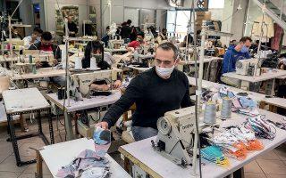 Ο Βαγγέλης Τσόμπος φτιάχνει τις ραφές. (Φωτογραφίες: Βαγγέλης Ζαβός)