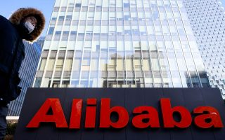 Το Πεκίνο επέβαλε προ ημερών πρόστιμο ύψους 2,8 δισ. δολαρίων στον κινεζικό κολοσσό του Ιντερνετ, την Alibaba, η Ευρωπαϊκή Επιτροπή σχεδιάζει να παρουσιάσει κανονισμούς που θέτουν περιορισμούς σε όσες τεχνολογίες ενισχύονται από την τεχνητή νοημοσύνη και  η κυβέρνηση Μπάιντεν στελεχώνει επιτροπές κατά των μονοπωλίων που θα αναλάβουν να ασχοληθούν συγκεκριμένα με τις Amazon, Facebook και Google. Φωτ. REUTERS/Thomas Peter/File Photo