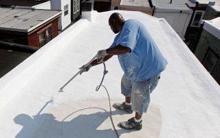 Οι «δροσερές» λευκές στέγες θεωρούνται μια εύκολη κλιματική λύση για τις αστικές περιοχές, με τη Νέα Υόρκη να έχει πρόσφατα επικαλύψει πάνω από 930.000 τ.μ. από στέγες με λευκό χρώμα (φωτ. A.P.).