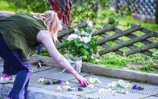 Λίγα λουλούδια στο σημείο όπου άγνωστοι, τουλάχιστον προς το παρόν, έκοψαν με δέκα σφαίρες το νήμα της ζωής του αστυνομικού ρεπόρτερ. Φωτ. INTIME NEWS / ΝΙΚΟΣ ΠΑΝΑΓΙΩΤΟΠΟΥΛΟΣ