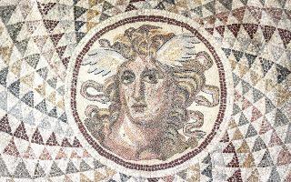 Ψηφιδωτό δάπεδο οικίας του Πειραιά του 2ου αι. μ.Χ., με την παράσταση της Μέδουσας στο κέντρο, μαγνητίζει. (ΕΑΜ)