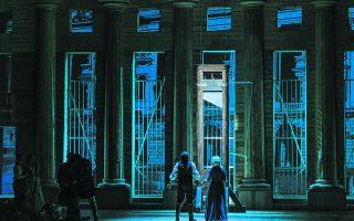 Στην τελευταία σκηνή, ο Σενιέ με την αγαπημένη του Μανταλένα οδεύουν προς τη λεπίδα της Τρομοκρατίας. Φωτ. ΑΝΔΡΕΑΣ ΣΙΜΟΠΟΥΛΟΣ
