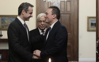 Η προσπάθεια χαρτογράφησης των Ελλήνων του εξωτερικού με τη δημιουργία ενός μητρώου είναι μια πρωτοβουλία του υφυπουργού Εξωτερικών, αρμοδίου για θέματα Απόδημου Ελληνισμού, Κώστα Βλάση. Στη φωτογραφία, ο πρωθυπουργός με τον Κ. Βλάση σε παλαιότερη συνεδρίαση της Βουλής (φωτ. INTIME NEWS).