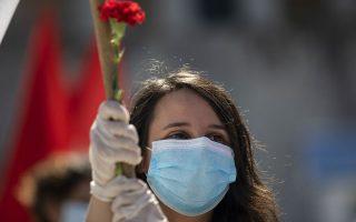 Κόκκινο γαρύφαλλο, το λουλούδι-σύμβολο της Εργατικής Πρωτομαγιάς. (Φωτ. A.P./PETROS GIANNAKOURIS)