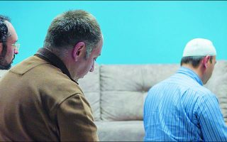 Η ταινία «Αόρατοι» της Μαριάννας Κακαουνάκη πραγματεύεται τις ιστορίες Τούρκων γκιουλενιστών, που αναγκάστηκαν να φύγουν από την πατρίδα τους για να γλιτώσουν τις διώξεις. Στις 25 Απριλίου κάνει παγκόσμια πρεμιέρα στο επίσημο πρόγραμμα του Διεθνούς Φεστιβάλ Ντοκιμαντέρ της Κοπεγχάγης.
