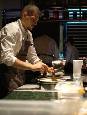 Στην κουζίνα του εστιατορίου Ηervé, της προσωπικής γαστρονομικής σκηνής του σεφ Hervé Pronzato.