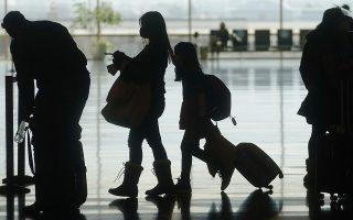 Αεροπορικές εταιρείες στις ΗΠΑ εκτιμούν πως τον Μάιο θα επεκτείνουν τον κατάλογο των διεθνών πτήσεων που πραγματοποιούν, καθώς τα εμβόλια θα είναι διαθέσιμα όλο και σε μεγαλύτερο εύρος του πληθυσμού (φωτ. AP/Rick Bowmer, File)