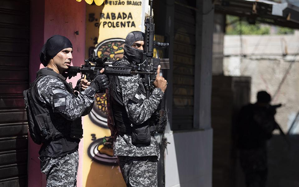 i-pio-aimatiri-astynomiki-epicheirisi-se-favela-toy-rio-me-dekades-nekroys-fotografies7