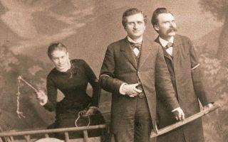 Η Λου Σαλομέ, ο Πάουλ Ρέε και ο Φρίντριχ Νίτσε ποζάρουν για μια σκηνοθετημένη, παιγνιώδη φωτογραφία που αργότερα έγινε διάσημη. Ελβετία, 1882.