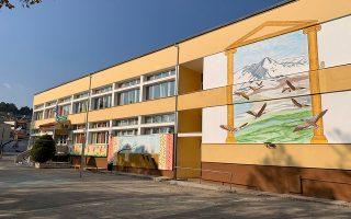 «Το σχολείο πληροί όλες τις σύγχρονες προδιαγραφές για να φιλοξενεί μαθητές μικρών ηλικιών και κάθε του γωνία διαμορφώθηκε χρόνο με τον χρόνο με προσωπική εργασία και κόπο», αναφέρει το Δ.Σ. του Συλλόγου Γονέων.