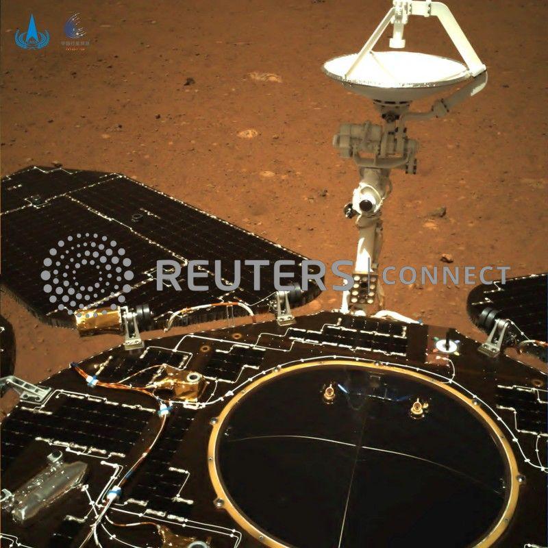 to-kineziko-rover-zoyrongk-perpatise-gia-proti-fora-stin-ari-fotografies2