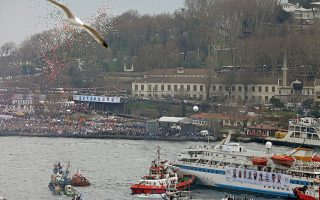 Η υποδοχή στην Κωνσταντινούπολη του πλοίου «Μαβί Μαρμαρά», το οποίο, στην πορεία προς τη Γάζα όπου μετέφερε ανθρωπιστική βοήθεια τον Μάιο του 2010, δέχθηκε την επίθεση Ισραηλινών κομάντος, με αποτέλεσμα 10 ακτιβιστές να χάσουν τη ζωή τους. Το περιστατικό επιδείνωσε τις σχέσεις Τουρκίας - Ισραήλ. (Φωτ. EPA / TOLGA BOZOGLU)