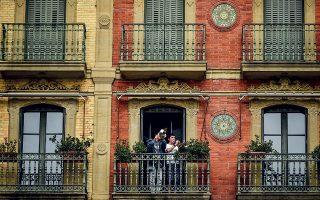 Μουσικοί στα μπαλκόνια, κλασική εικόνα της εποχής της καραντίνας. ©AP Photo/Alvaro Barrientos